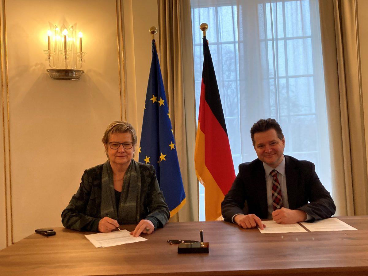 Sylvia Löhrmann und Andrei Kovacs beim Unterzeichnen
