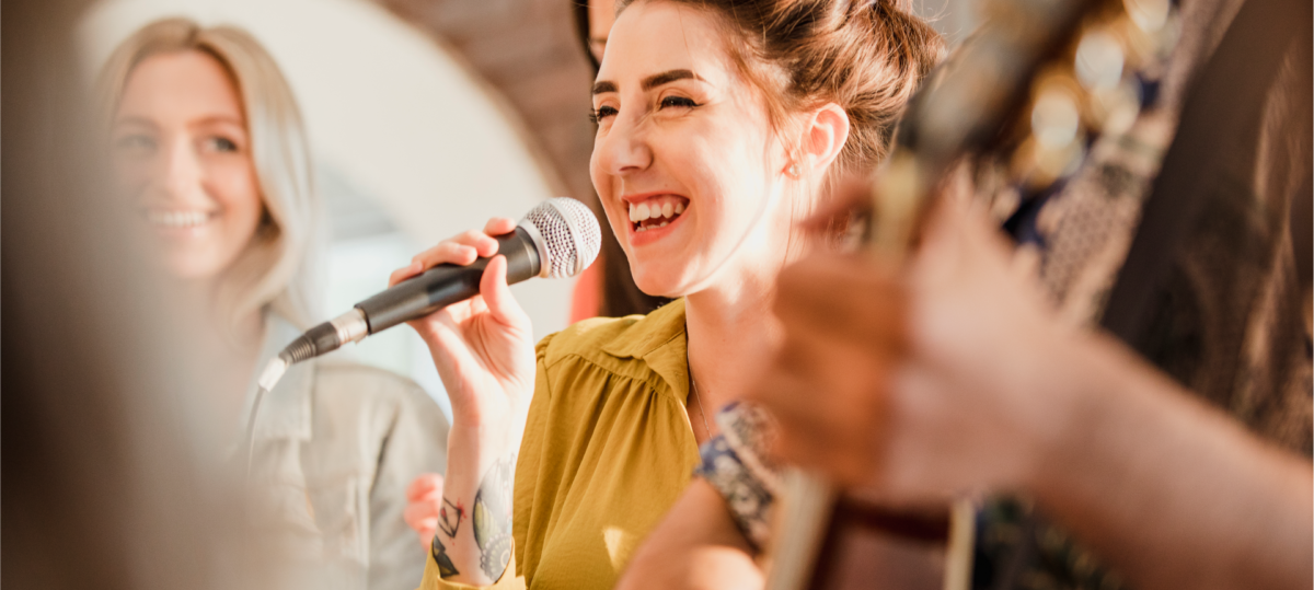 Sängerin singt jüdische Lieder