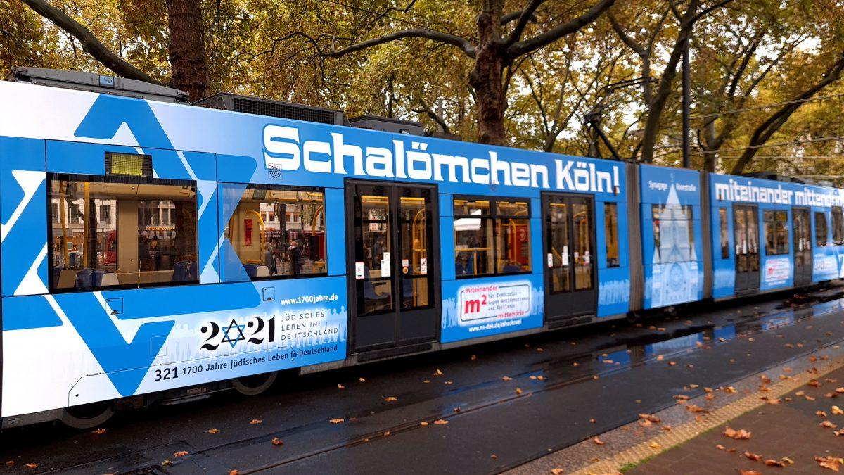"""KVB-Bahn mit der Aufschrift """"Schalömchen Köln!"""""""