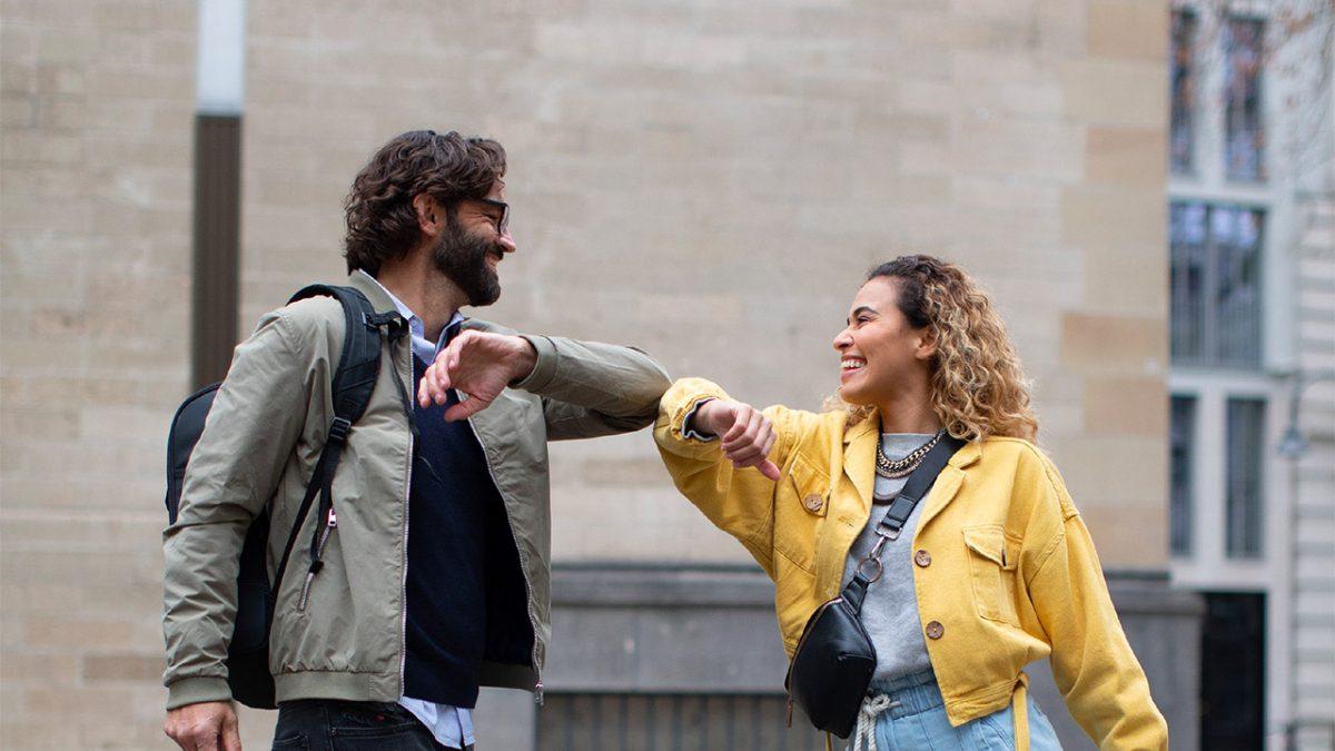 Ein Mann und eine Frau begrüßen sich